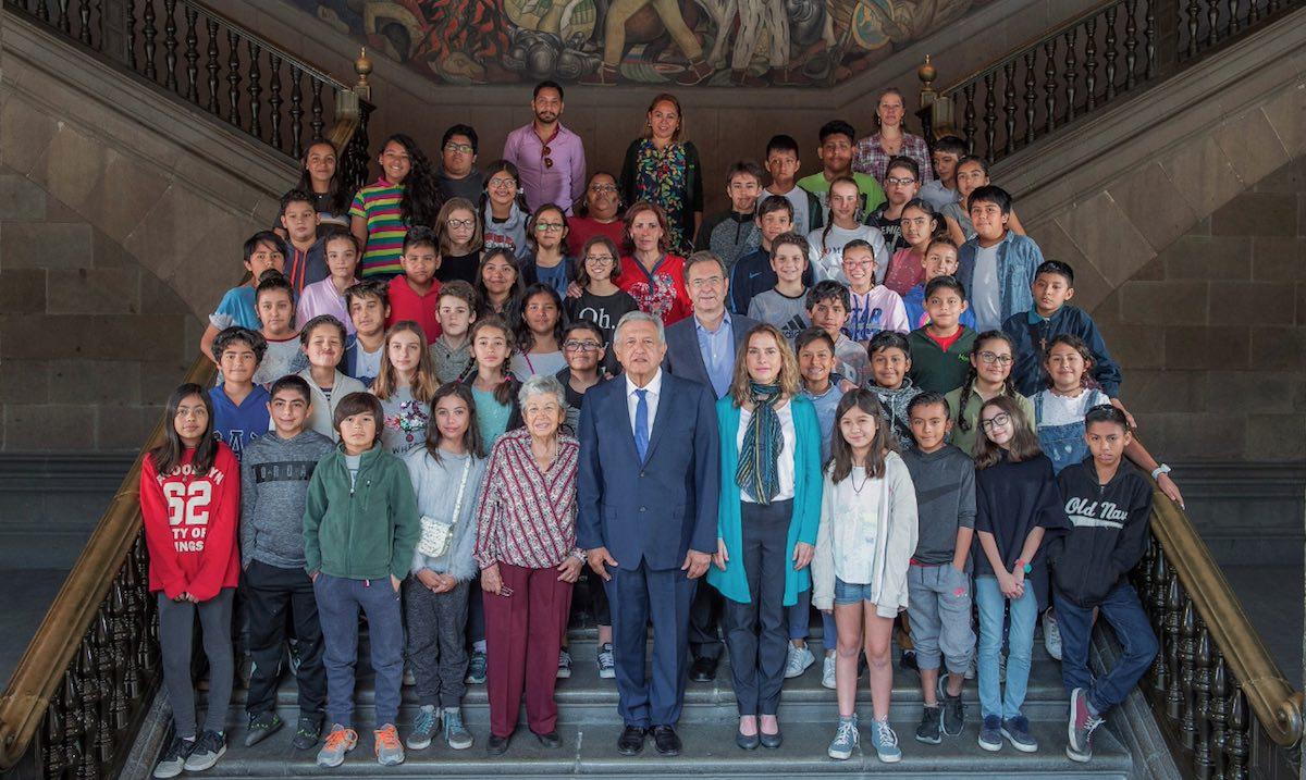 Foto AMLO Hijo Escuela Palacio Nacional 11 Abril 2019