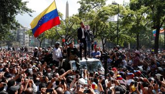 Ante la llegada de cientos de venezolanos por su convocatoria, el autoproclamado presidente de Venezuela, Juan Guaidó, hace una declaración pública (Reuters)