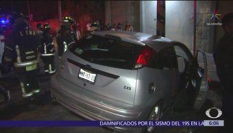 Automóvil choca contra árbol en Azcapotzalco