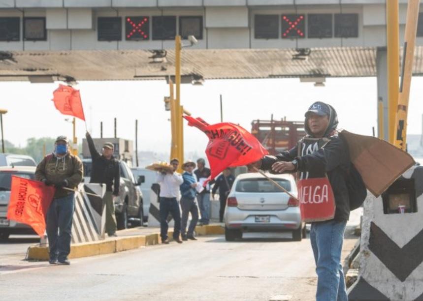 """Foto: Trabajadores de UAM continúan """"boteo"""" en casetas cercanas a la capital, abril 20 de 2019 (Notimex)"""
