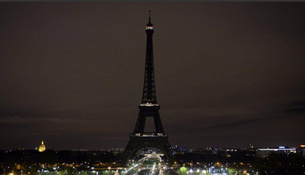 Foto: Autoridades apagan las luces de la Torre Eiffel, en París, Francia, en honor a las víctimas de los ataques terroristas de Sri Lanka, abril 21 de 2019 (Getty Images)
