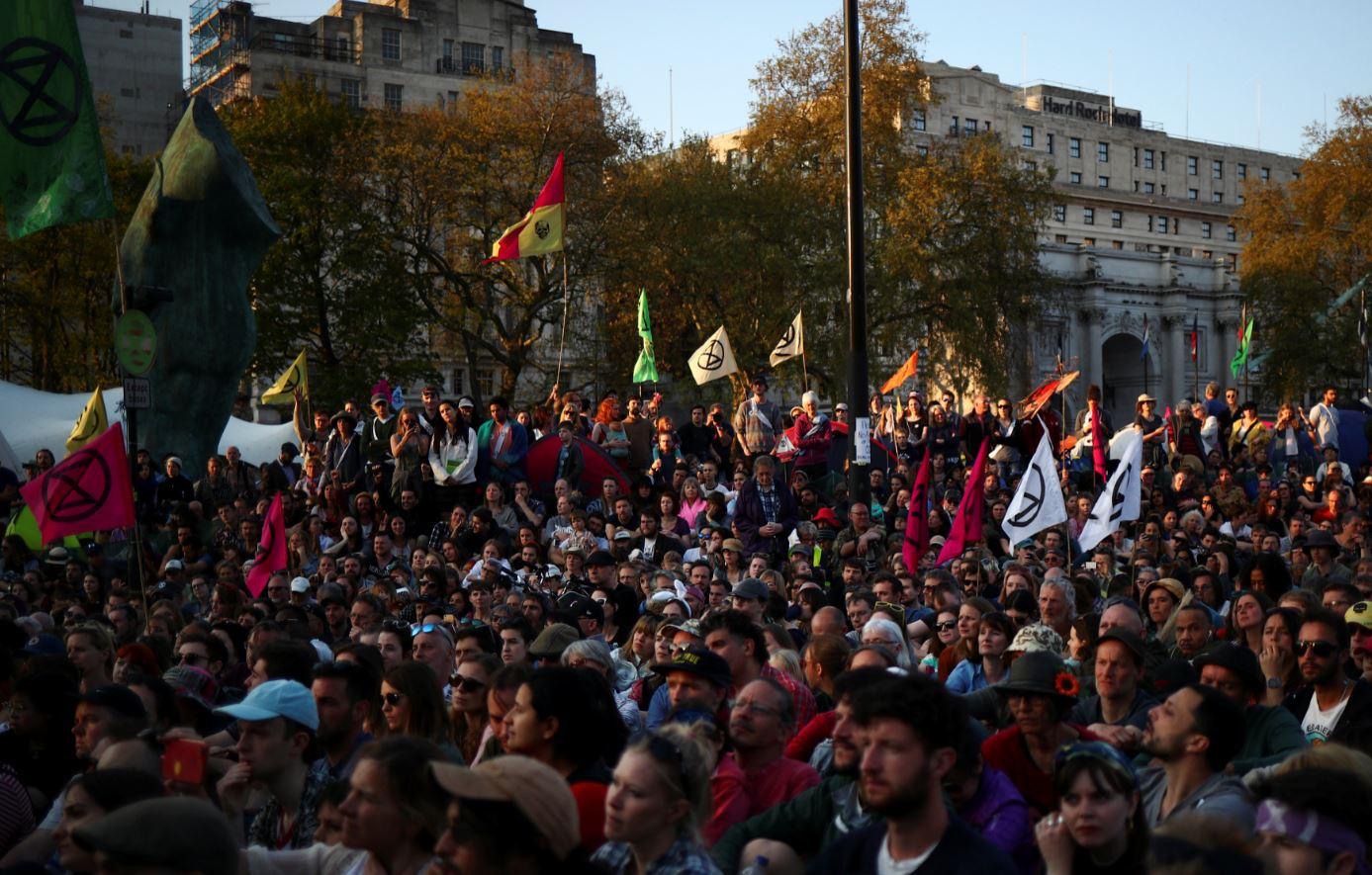 El grupo 'Extinction Rebellion' ('Rebelión contra la extinción') protesta frente al Arco de Mármol de Londres en espera de Greta Thunberg (Reuters)