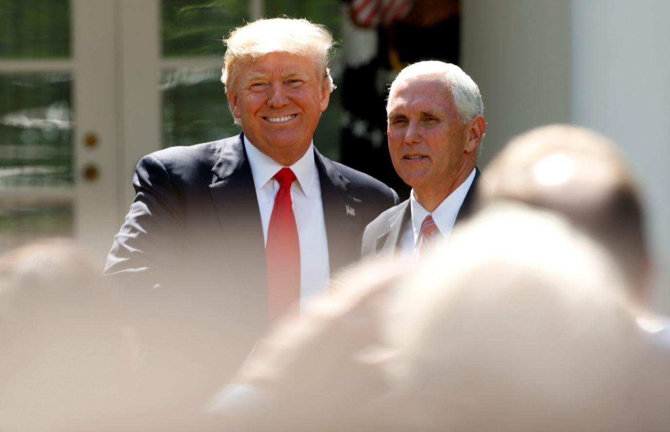 El presidente de Estados Unidos, Donald Trump, y el vicepresidente, Mike Pence, minutos antes de anunciar la salida de EU del Acuerdo de Paris (Reuters)