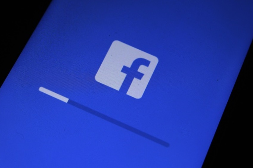 Foto: El logotipo de Facebook se ve en un teléfono celular, abril 14 de 2019 (Getty Images)