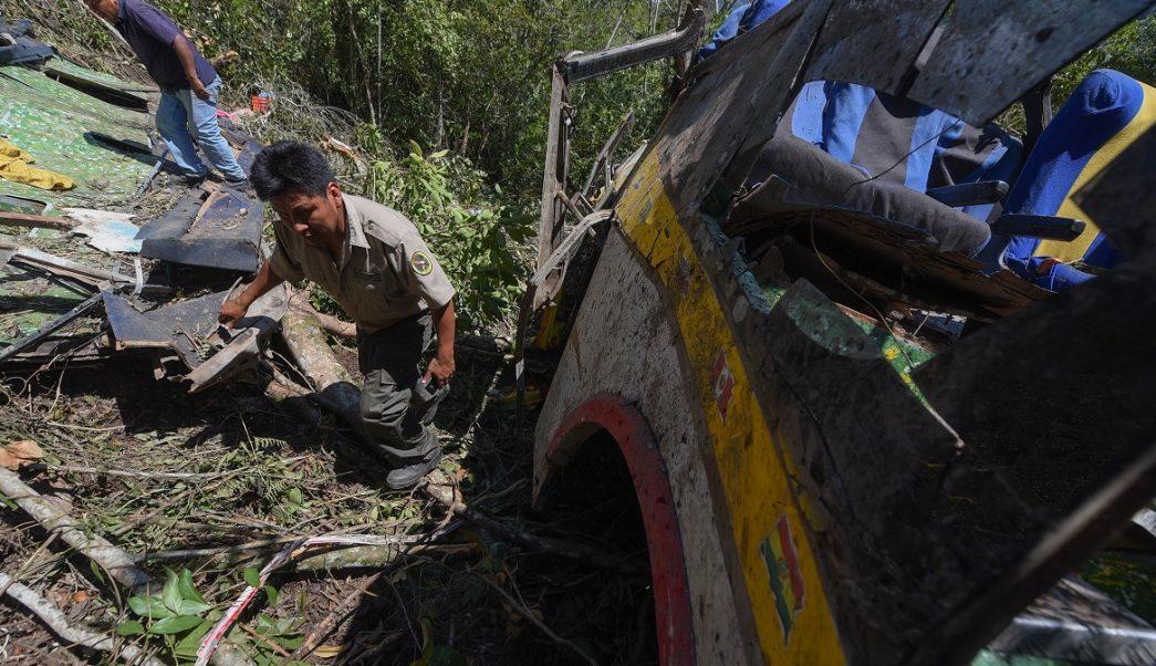 Foto: Un rescatista revisa un autobús accidentado en la comunidad de Yavichuco, cerca de La Paz, Bolivia. El 22 de abril de 2019