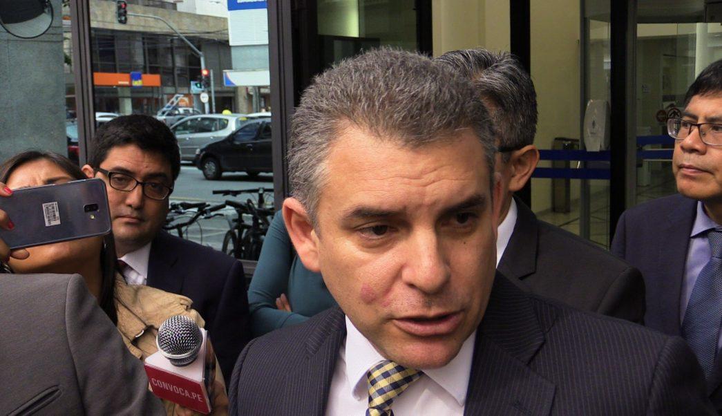 Foto: El jefe de la Fiscalía de Perú para el caso Lava Jato, Rafael Vela, habla con la prensa al dejar la sede de la Fiscalía General de Curitiba, en Brasil. El 24 de abril de 2019