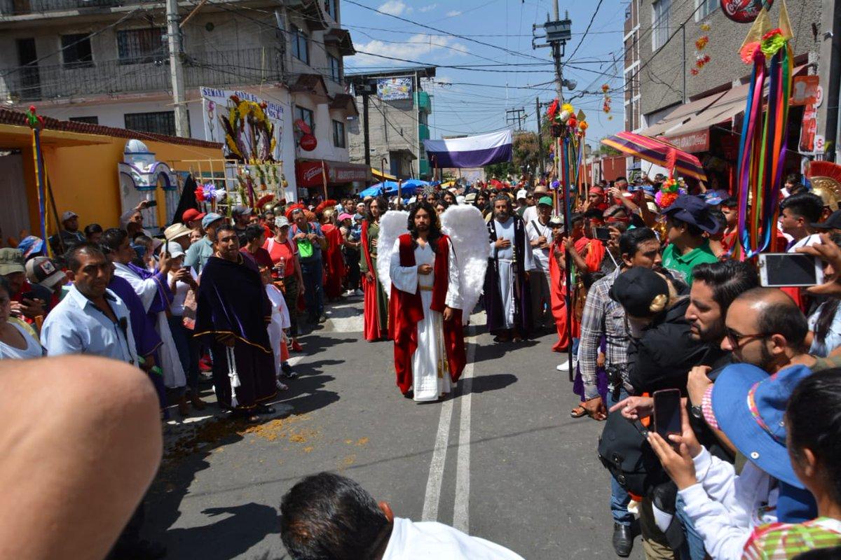 Foto: Actores, nazarenos y visitantes recorren las calles de la alcaldía Iztapalapa, en Ciudad de México. El 18 de abril de 2019