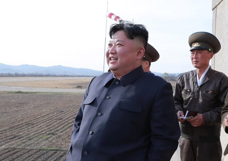 Foto: El líder norcoreano Kim Jong-un inspecciona un simulacro de vuelo de la Fuerza Aérea y Antiaérea del Norte. El 17 de abril de 2019