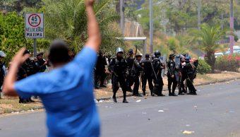 Foto: Policías se enfrentan contra manifestantes cerca de la Catedral Metropolitana de Managua, Nicaragua. El 19 de abril de 2019