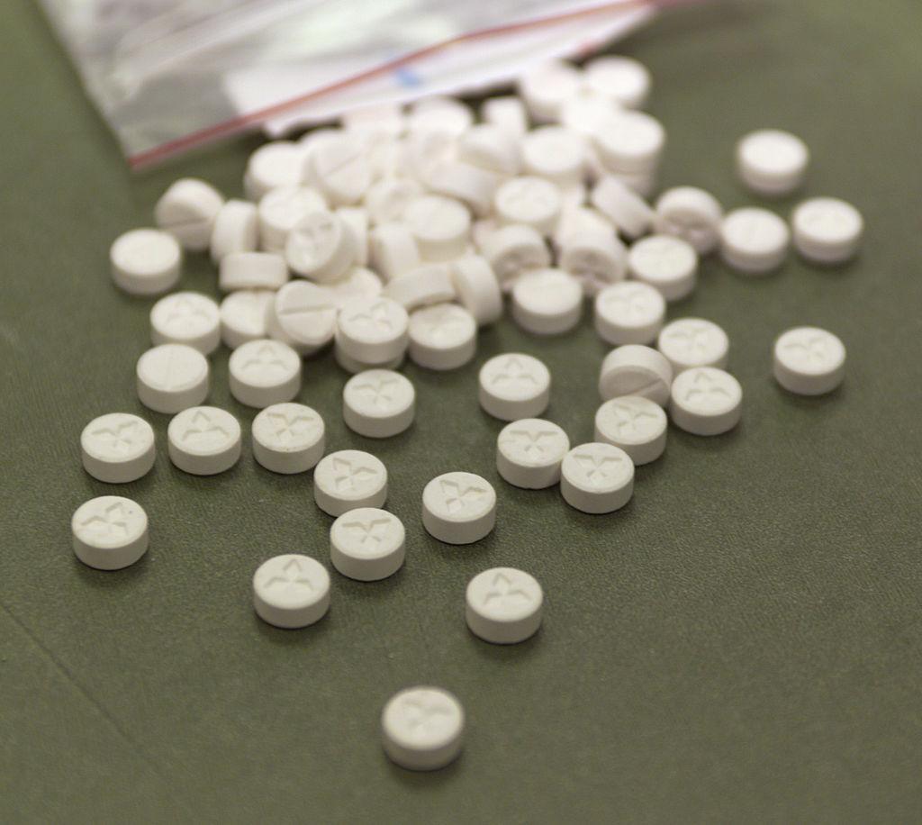 foto Detienen a profesor por enseñar a fabricar pastillas de éxtasis 26 de julio de 2000