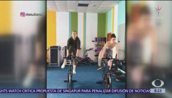 Gimnasta crea entrenamiento en bicicleta de spinning