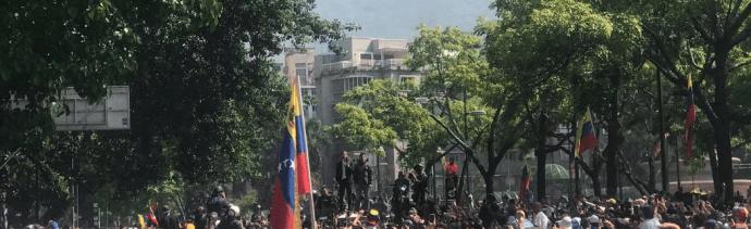 FOTO Juan Guaidó protesta junto a seguidores en Altamira (Twitter @Presidencia_VE 30 abril 2019)