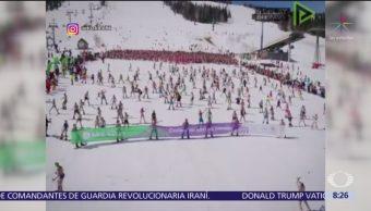 Miles de personas rompen récord tras esquiar en traje de baño