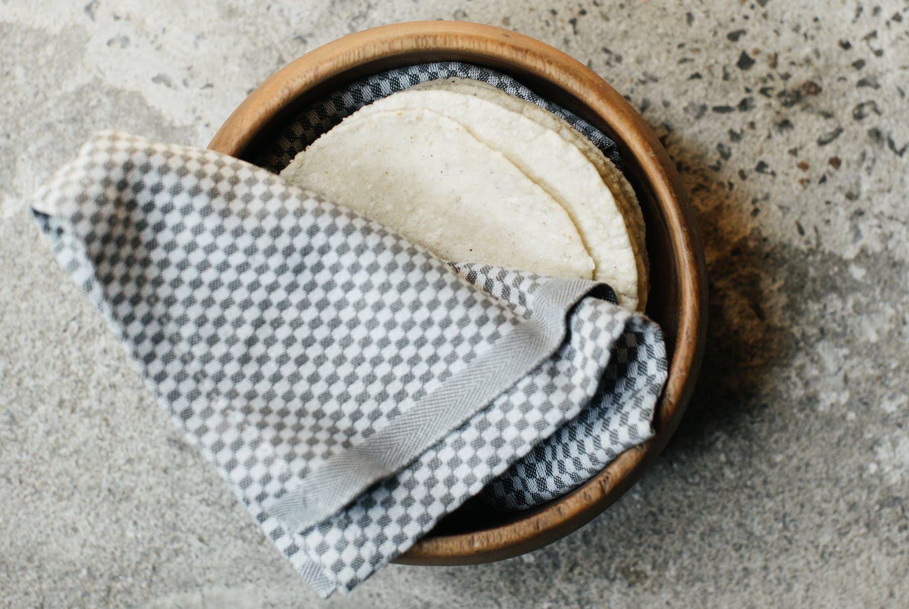Platillos con origen en Latinoamérica pueden ser realizados con estos ingredientes, como esta pila de tortillas de harina (cosmenyc.com)