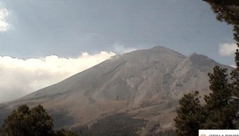 Foto: El volcán Popocatépetl presenta una emisión de vapor de agua y gases, abril 7 de 2019 (Twitter: @PC_Estatal)