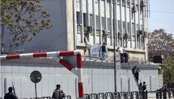 fOTO: Fuerzas de seguridad rescatan a cientos de civiles durante un ataque al Ministerio de Información en Kabul, 20 abril 2019