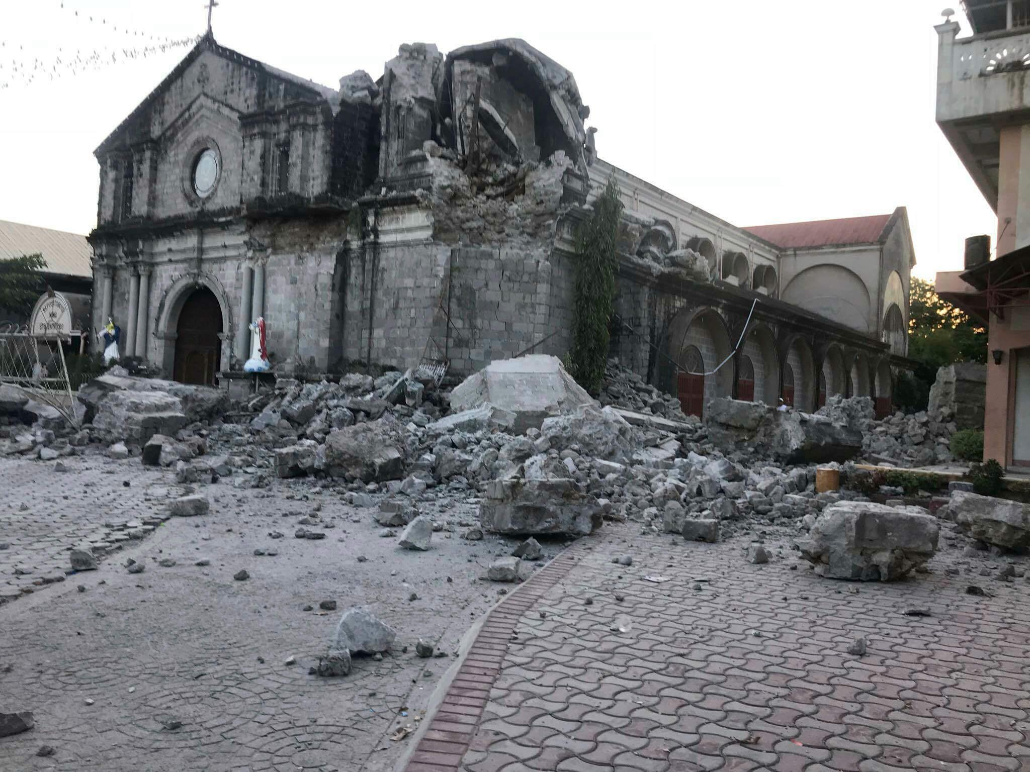 FOTO Daños en la iglesia de Santa Catarina, en Porac, Filipinas, tras sismo de magnitud 6.1 (AP 22 abril 2019)