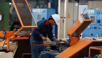 Foto: Trabajador mexicano en fábrica de acero inoxidable. 11 de octubre de 2013, Tlaxcala, México