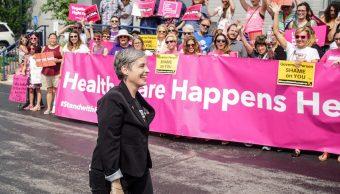 M'Evie Mead, directora de Política y Organización de Defensores de Planned Parenthood en Missouri, es saludada después de que un juez otorgó una orden de restricción temporal, mayo 31 de 2019 (Reuters)