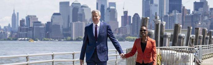 Foto: El alcalde de Nueva York Bill de Blasio y su esposa Chirlane McCray llegan para la ceremonia oficial del Museo de la Estatua de la Libertad en Nueva York, 16 mayo 2019