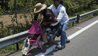Foto: Autoridades de México en carreteras de Chiapas detienen a un migrante centroamericano, mayo 4 de 2019 (Twitter: adam_wola)