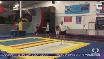 Cumple 66 años y festeja en trampolines