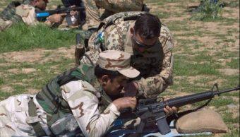 Foto: Un instructor del ejército alemán mientras enseña a un soldado del 'peshmerga' kurdo a usar una ametralladora, 15 mayo 2019