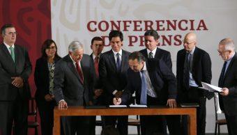 Foto: AMLO firma convenio para financiar a Pemex, 13 de mayo 2019. Twitter @GobiernoMX
