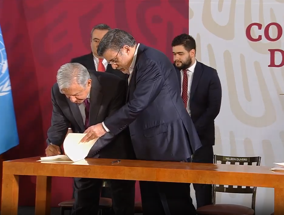 Foto: Firma AMLO decreto para poner fin a la condonación de impuestos., 20 de mayo de 2109, Ciudad de México