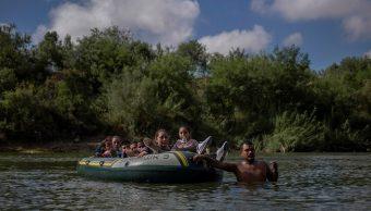 Foto: Un hombre tira de una balsa con migrantes centroamericanos mientras cruzan ilegalmente el Río Grande, en Texas, EEUU. El 5 de octubre de 2018