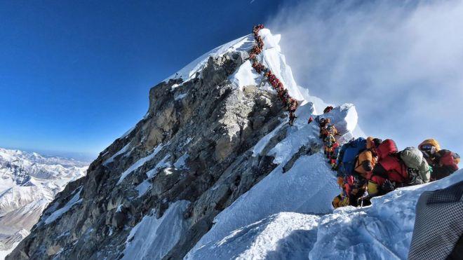 Foto: Cientos de montañistas hacen fila para llegar a la cima del monte Everest. El 22 de mayo de 2019