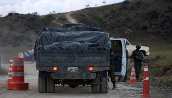 Foto: Soldados del Ejército brasileño revisan el interior de un vehículo venezolano en la ciudad fronteriza de Pacaraima. El 15 de abril de 2019