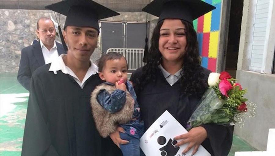 Foto Jóvenes se gradúan de la secundaria con su bebé en brazos 17 mayo 2019