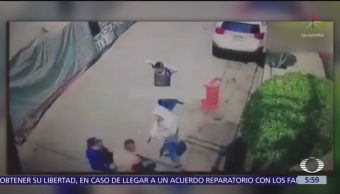 Hombre forcejea con delincuentes en calles de Iztapalapa
