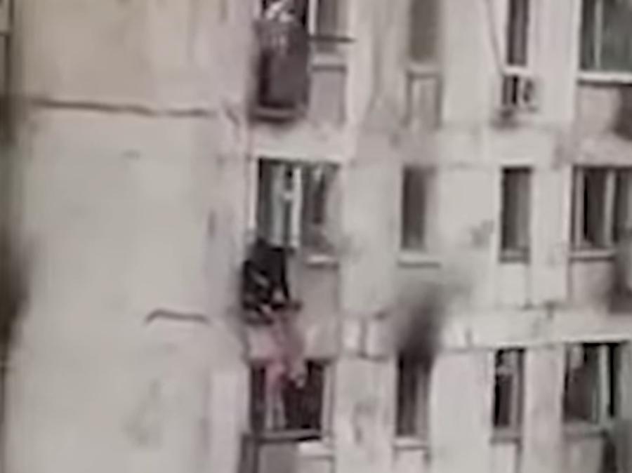 Foto Joven arriesga su vida para salvar a dos niñas de balcón en llamas 29 mayo 2019