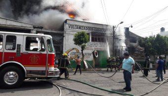 Foto: Bomberos del municipio de Ecatepec apagan un incendio en un taller mecánico de la colonia El Chamizal, 31 mayo 2019