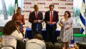 Foto: El corte de listón inaugural fue encabezado por el embajador de Israel en México, Jonathan Peled (izq), en la Glorieta de los Insurgentes, el 3 de mayo de 2019 (Twitter @MetroCDMX)