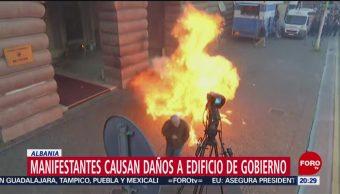 FOTO: Manifestantes causan daños a edificio de gobierno en Albania, 11 MAYO 2019