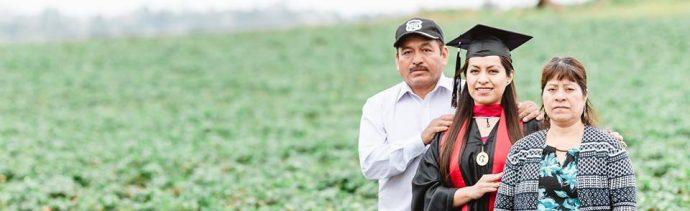 foto Migrante mexicana toma fotos de graduación en cultivos donde trabajan sus padres 13 mayo 2019