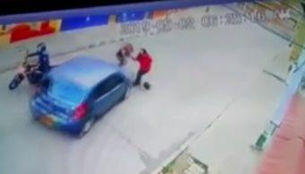 Atropella a ladrona y evita robo del bolso de una mujer
