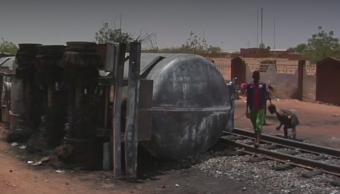 FOTO Mueren 58 en Niger por robar gasolina de pipa volcada (Noticieros Televisa)