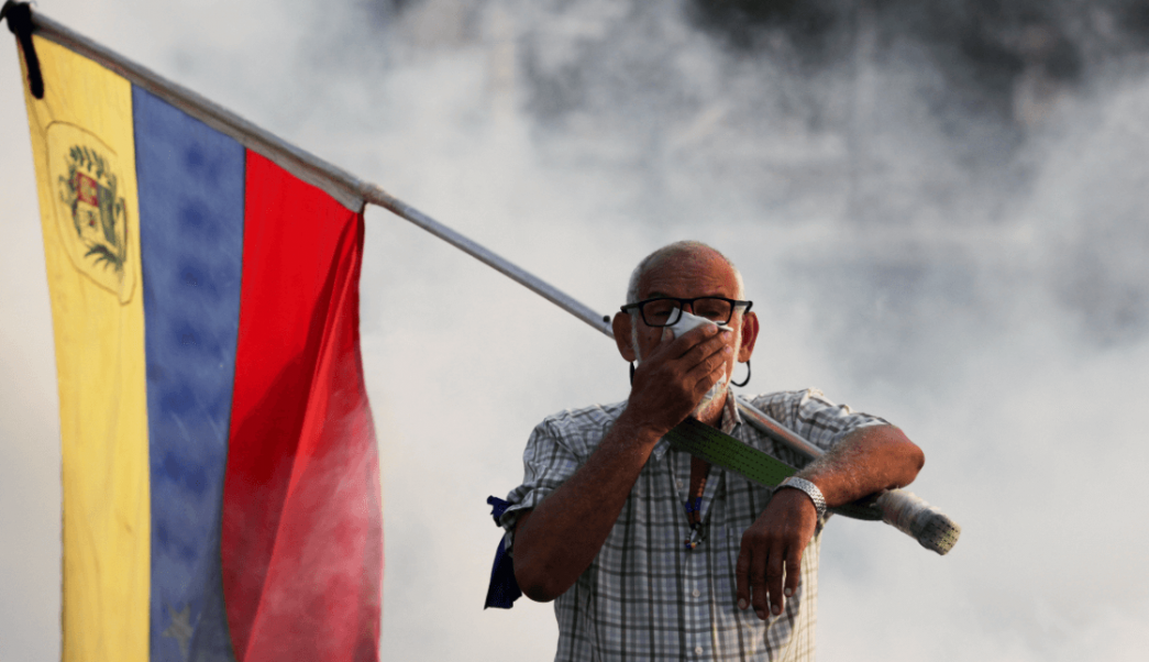 Foto: Oponente al gobierno de Nicolás Maduro durante manifestación, 30 de abril de 2019, Caracas