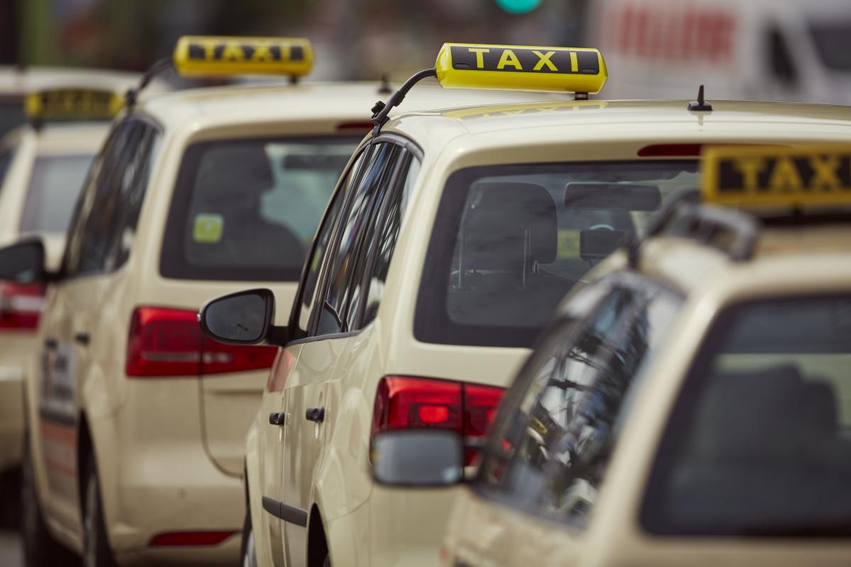 Padres olvidan a su bebé recién nacido en un taxi