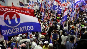 Foto: Ondean banderas mientras esperan la llegada del candidato presidencial Laurentino Cortizo del Partido Revolucionario Democrático (PRD) Panamá, Panamá, 5 de mayo de 2019 (Reuters)