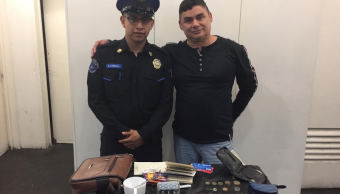 Foto Policía Devuelve Maleta 50 Mil Pesos 1 Mayo 2019