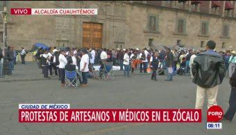 Protestan artesanos y médicos en el Zócalo de la Ciudad de México