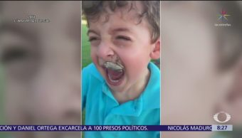 Rana brinca a boca de niño que llora