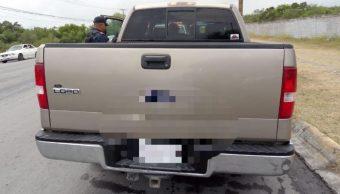 Foto: Al realizar la inspección del vehículo se localizaron ocultas, detrás del asiento, a 10 personas, entre ellas, 2 menores de edad, el 5 de mayo de 2019 (Noticieros Televisa)