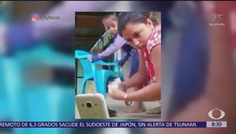 Se viraliza en redes sociales una mamá multitask que confunde pie de hija