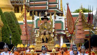 Foto: El rey de Tailandia, Maha Vajiralongkorn, es transportado en el palanquín real en Bangkok, Tailandia, mayo 4 de 2019 (Reuters)